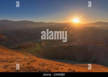 Montagnes à rayures rouge au coucher du soleil jour Banque D'Images