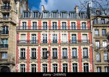 Paris, façade rose, du boulevard Richard-Lenoir, bâtiment typique en hiver