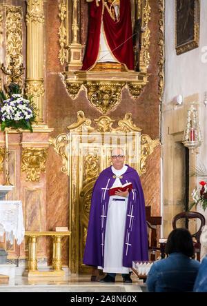 La Orotava, Tenerife, Spain-June 2016. Prêtre donnant l'indice de masse à l'intérieur d'une église.