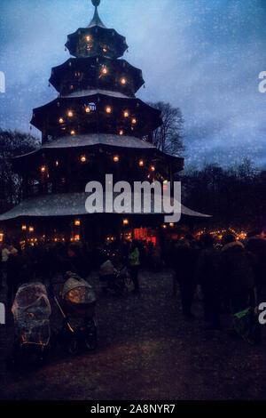 Munich, Allemagne - Marché de Noël à la Tour Chinoise au Jardin Anglais de nuit avec des chutes de neige