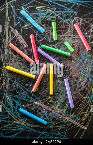 Les craies de couleur sur fond noir Banque D'Images