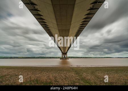 Nuages gris sur le Humber Bridge, vu de Barrow-upon-Humber dans le Nord du Lincolnshire, Angleterre, RU