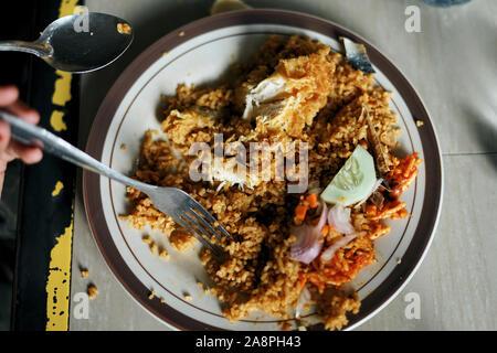 Manger client Nasi Goreng Ayam, riz frit à l'indonésienne street food market Banque D'Images
