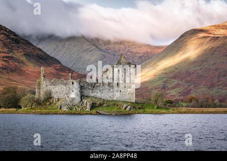 C'est les ruines de château de Kilchurn sur le bord du Loch Awe dans les Highlands écossais