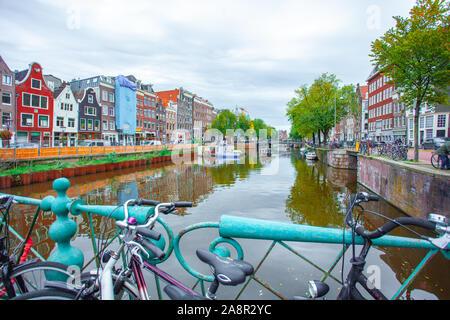 Amsterdam, Nethertlands - 14.10.2019: Des vélos sur un pont sur les canaux d'Amsterdam. Maisons colorées et de fleurs. De l'automne. Les voyages.