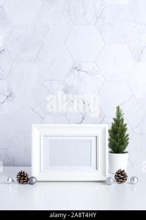 Cadre photo blanc vintage avec arbre de Noël,cône de pin et de décor xmas ball sur tableau blanc et carrelage de marbre wall background.nettoyer un minimum de style simple.