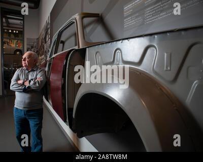 83 ans, ancien travailleur de la chaîne de production Trabant Roland Schulze se trouve à côté d'un n exemple de Duroplast utilisé dans la carrosserie des voitures est-allemandes. Banque D'Images