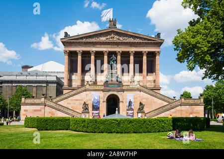 BERLIN, ALLEMAGNE - 25 MAI 2018: Les gens de vous détendre dans un jardin public et les touristes en marche avant de l'Alte Nationalgalerie, dans l'île aux musées, en Banque D'Images