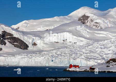 La Station de recherches d'Almirante Brown Paradise Bay sur la péninsule Antarctique dans l'Antarctique. C'est l'une des 13 bases de recherche en Antarctique exploité par Ar Banque D'Images