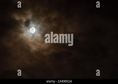 Pleine lune dans la nuit avec un ciel nuageux et naturel couleur sépia en haut à gauche du châssis Banque D'Images