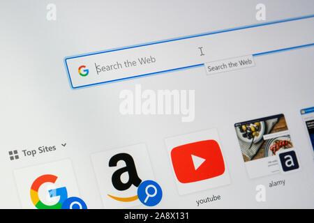 Un écran d'ordinateur montrant la barre de recherche de Google et le logo Google sur la page d'accueil avec une liste de top sites visités ci-dessous Banque D'Images