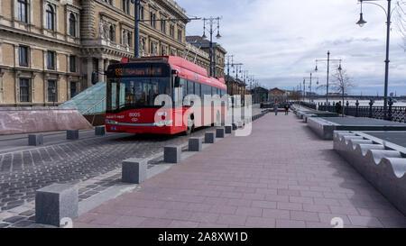 Budapest Hongrie 03 16 2019 un trolleybus arrive à la place Fővám,fond de la baleine (Bálna hongrois) Banque D'Images