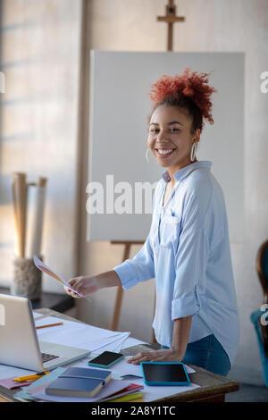Designer d'intérieur occupé se sentir heureux tout en appréciant travailler Banque D'Images