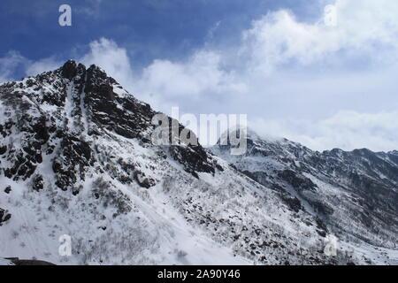 Vue panoramique d'une montagne couverte de neige.