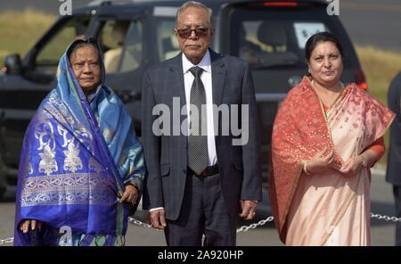 Katmandou, Népal. 12 Nov, 2019. Le président du Bangladesh M Abdul Hamid (C) se tient en même temps que le Président népalais Bidhya Devi Bhandari (R) à l'aéroport international de Tribhuvan à Katmandou, capitale du Népal, le 12 novembre 2019. Le président du Bangladesh M Abdul Hamid est arrivé à Katmandou le mardi pour quatre jours de visite officielle. Credit: Str/Xinhua/Alamy Live News