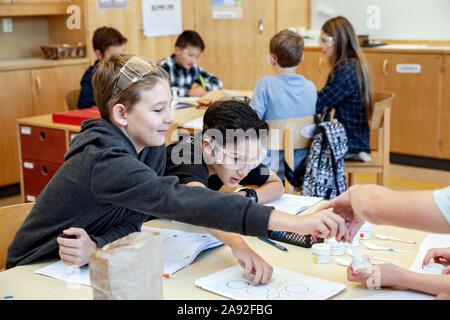 Les garçons en classe Banque D'Images
