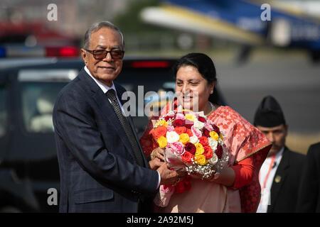 Katmandou, Népal. 20 Nov, 2019. Le président du Bangladesh, Abdul Hamid (R) reçoit un bouquet de fleurs en provenance du Népal, Président du Bidhya Devi Bhandari (L) lors de son arrivée à l'aéroport international de Tribhuvan. Le président du Bangladesh est sur une bonne volonté officielle de trois jours à visiter le Népal à l'invitation du président du Népal. Credit: SOPA/Alamy Images Limited Live News