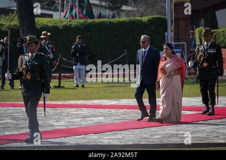 Katmandou, Népal. 20 Nov, 2019. Le président du Bangladesh, Abdul Hamid (C, à gauche) et le président du Népal, Bidhya Devi Bhandari (C, à droite) a reçu par la garde d'honneur au cours d'une cérémonie d'accueil à l'aéroport international de Tribhuvan. Le président du Bangladesh est sur une bonne volonté officielle de trois jours à visiter le Népal à l'invitation du président du Népal. Credit: SOPA/Alamy Images Limited Live News
