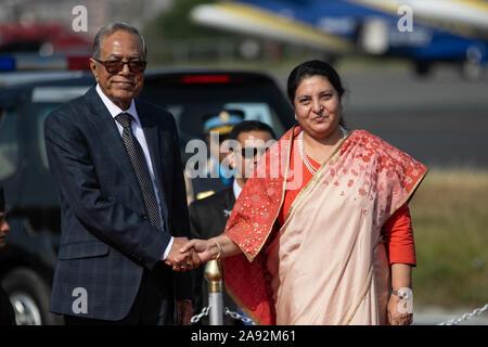 Katmandou, Népal. 20 Nov, 2019. Le président du Bangladesh, Abdul Hamid (L) et président du Népal, Bidhya Devi Bhandari (R) se serrer la main au cours d'une cérémonie d'accueil à l'aéroport international de Tribhuvan. Le président du Bangladesh est sur une bonne volonté officielle de trois jours à visiter le Népal à l'invitation du président du Népal. Credit: SOPA/Alamy Images Limited Live News