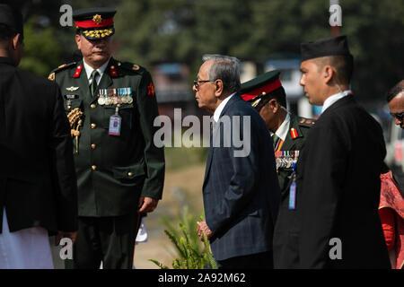 Katmandou, Népal. 20 Nov, 2019. Le président du Bangladesh, Abdul Hamid (c) à son arrivée à l'aéroport international de Tribhuvan. Le président du Bangladesh est sur une bonne volonté officielle de trois jours à visiter le Népal à l'invitation du président du Népal. Credit: SOPA/Alamy Images Limited Live News