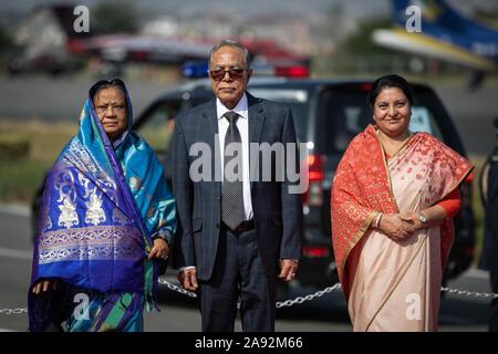 Katmandou, Népal. 20 Nov, 2019. Le président du Bangladesh, Abdul Hamid (c) et le président du Népal, Bidhya Devi Bhandari (R) et la première dame du Bangladesh Rashida Hamid (L) poser pour des photos à leur arrivée à l'aéroport international de Tribhuvan à Katmandou. Le président du Bangladesh est sur une bonne volonté officielle de trois jours à visiter le Népal à l'invitation du président du Népal. Credit: SOPA/Alamy Images Limited Live News