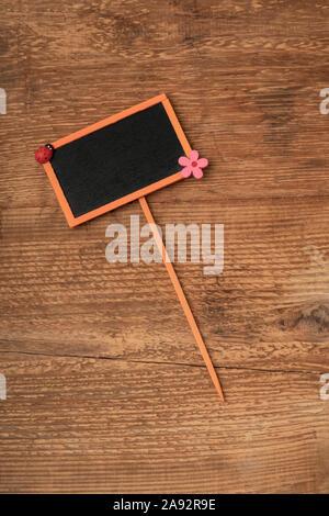 Un petit tableau encadré orange sur un fond de bois with copy space Banque D'Images