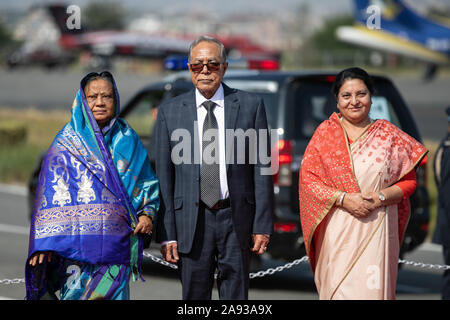 Katmandou, Népal. 12 Nov, 2019. Le président du Bangladesh Abdul Hamid (c) et le président du Népal Bidhya Devi Bhandari (R) et la première dame du Bangladesh Rashida Hamid(L) pose pour la photo à leur arrivée à l'aéroport international de Tribhuvan à Katmandou le 12 novembre 2019 (photo de Prabin Ranabhat/Pacific Press) Credit: Pacific Press Agency/Alamy Live News
