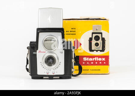 Los Angeles, Californie, USA - 12 novembre 2019 editorial d'illustration: photographie d'ancien appareil photo Kodak Brownie Starflex en face de fort. Banque D'Images