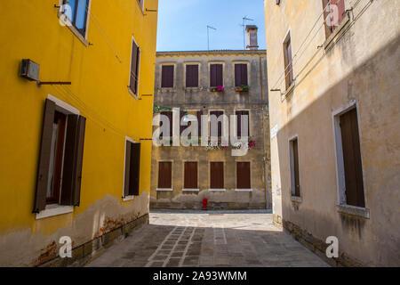 Scène de rue dans le quartier Cannaregio de Venise en Italie. Banque D'Images