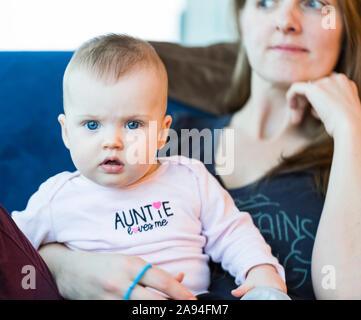 Portrait de bébé fille avec mère à la maison; Vancouver, Colombie-Britannique, Canada