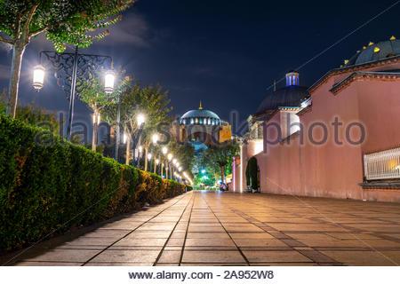 L'ancienne basilique Sainte-Sophie, une fois qu'une cathédrale et une mosquée et maintenant un musée, illuminé la nuit dans la place Sultanahmet à Istanbul en Turquie. Banque D'Images