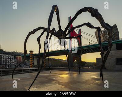 Par l'artiste sculpture araignée Maman Louise Bourgeois à l'extérieur du Musée Guggenheim au lever du soleil, Pont de La Salve en arrière-plan, Bilbao, Espagne Banque D'Images