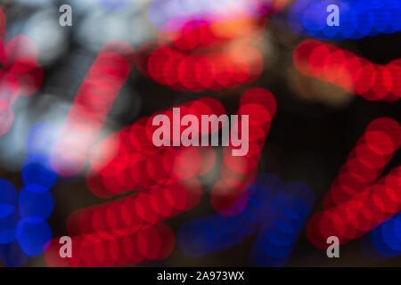 Les lumières rouge et bleu fond flou. Lumières de Noël lumineux. Abstract colorful nouvelle année en toile de fond. L'image en grand format. Banque D'Images
