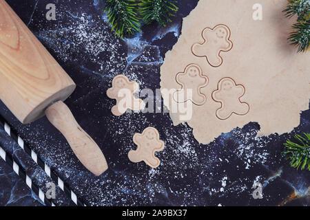 Passage télévision lay concept pour la cuisson de cookies de Noël avec déployé, pâte à biscuits, cookies en forme d'avion gingerbread men, Rolling pin Banque D'Images