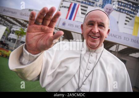 La Thaïlande. 14Th Nov, 2019. Une taille de la vie statue du Pape François est affiché au rez-de Saint Louis Hospital à Bangkok en préparation pour le Pape François visite en Thaïlande et au Japon du 20 au 26 novembre. Le 32e voyage apostolique à l'étranger sera son 4e à l'Asie, après celui de la Corée du Sud en 2014, le Sri Lanka et les Philippines l'année suivante et le Myanmar et le Bangladesh en 2017, dit Vatican News, une news et système d'information du Saint-Siège. (Photo de Vichan Poti/Pacific Press) Credit: Pacific Press Agency/Alamy Live News Banque D'Images
