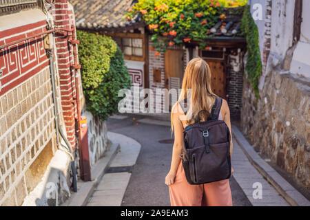 Jeune femme dans le village de Bukchon Hanok est l'un des endroit célèbre pour ses maisons traditionnelles coréennes ont été préservés. Voyage Corée Concept Banque D'Images
