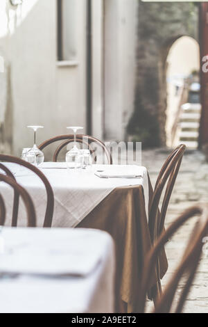 Une table dans une ruelle au milieu de l'Italie, Banque D'Images