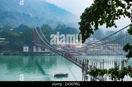 """Belle vue de Rishikesh en Inde 'ram jhula, lakshman jhula"""" et """"pont suspendu"""" beau paysage avec bateau dans le Gange dans le lac dans le Banque D'Images"""