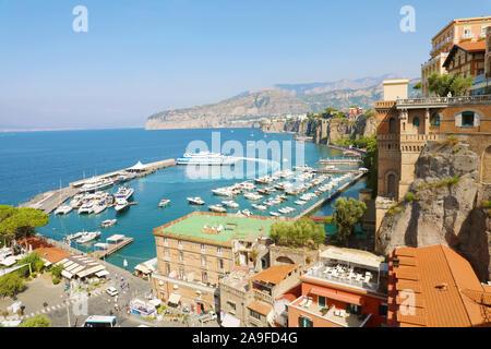 Vue imprenable sur la ville de Sorrente, Italie Mer Méditerranée. Banque D'Images