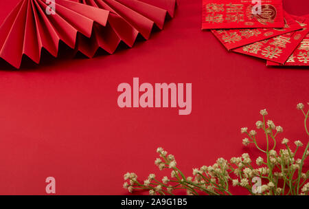 Le fond rouge du thème du Nouvel An chinois, avec ventilateur et pliage rouge lucky money, Floret, traduction:la prospérité peut être avec vous Banque D'Images