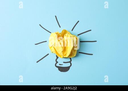 Appelée ampoule et boule de papier sur fond bleu. Bonne idée concept Banque D'Images