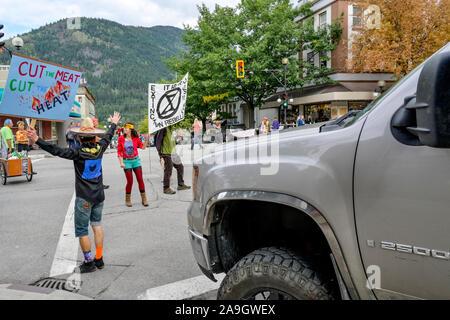 Rébellion d'extinction et d'arrêt des militants occupent le centre de l'intersection pour quatre minutes pour souligner le besoin de changement, Nelson (Colombie-Britannique), Cana