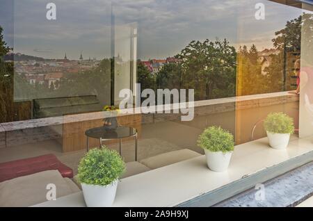 Brno, République tchèque (9 août 2016) La grande fenêtre de la chambre à coucher dans la Villa Tugendhat (architecte L. M. van der Rohe) tenant compte de l'avis de Brno Banque D'Images