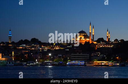 Mosquée de Suleymaniye au crépuscule. Cette mosquée impériale ottomane, sur la 3e colline d'Istanbul en Turquie, a été construit en 1557 et est la 2ème plus grande à Istanbul Banque D'Images