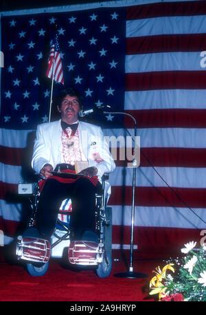 NEW ORLEANS, LA - 24 juin: Danny Scholl parle au micro pendant la réalisation de l'Académie 1982 Plaque Or Awards le 24 juin 1982 à la Nouvelle Orléans, Louisiane. (Photo de Hy Peskin)