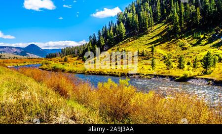 La rivière Gallatin qui passe la majeure partie de l'ouest du Parc National de Yellowstone, le long de l'autoroute 191 au Montana, États-Unis d'Amérique