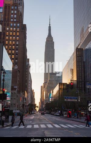 L'Empire State Building photographiés au lever du soleil, à l'Ouest 34e Rue et 8e Avenue, New York City, États-Unis d'Amérique.