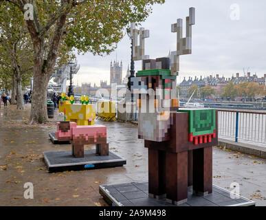 Londres, Royaume-Uni. 16 novembre 2019. Dans la célébration de la Terre - Déploiement, unique en son genre, statues grandeur nature de mobs interactives popping up à Londres. Les statues sont de taille réelle creations du porc boueux, Moobloom et festive Jolly Llama qui disposent d'un code QR numérisable à jouer une nouvelle aventure exclusive construite par l'équipe de développement de la Terre Minecraft. Les foules de Londres peut être le long de la scène Aragon le week-end de 16 novembre au 1er décembre. Credit: JF Pelletier / Alamy Live News Banque D'Images