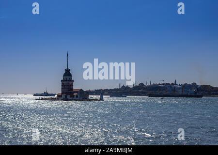 La tour de la tour de Leandros, Bain Turc: Kiz Kulesi au coucher du soleil sur l'entrée de Détroit du Bosphore à Istanbul, Turquie Banque D'Images