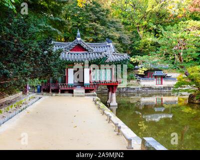 Séoul, Corée du Sud - 31 octobre 2019: Buyongjeong Buyeongji pavillon et dans l'étang de jardin Huwon arrière Secret complexe palais Changdeokgung ec à Séoul Banque D'Images